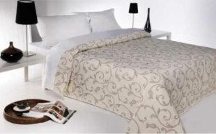 Béžový vzorovaný přehoz na postel